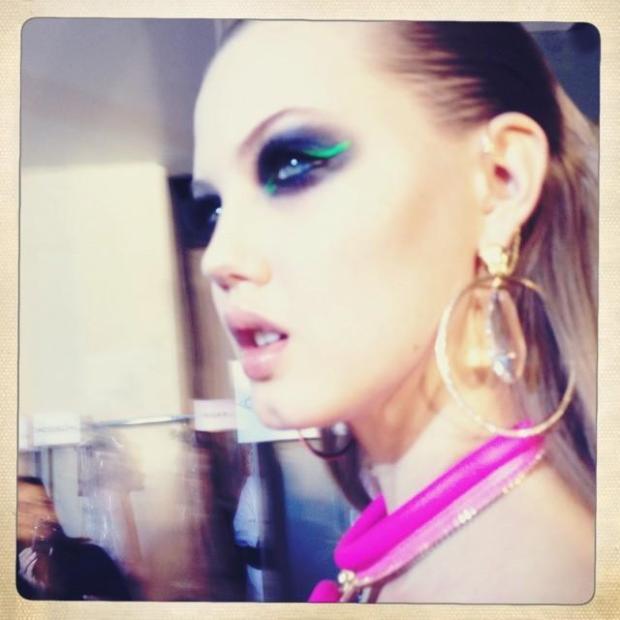 Lidsey Wixson no backstage do desfile do Atelier Versace ontem, 20 de janeiro. Imagem por Pat McGrath.