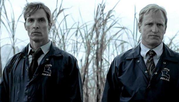 Matthew Mcconaughey e Woody Harrelson em True Detective ©Reprodução.
