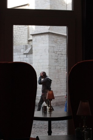 """""""Cena de rua vista de dentro de um café, em Antuérpia"""""""
